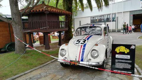 El coche de Herbie comparte espacio con un hórreo asturiano