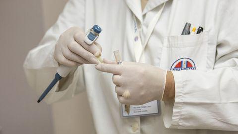 Imagen de una médica con utensilios sanitarios