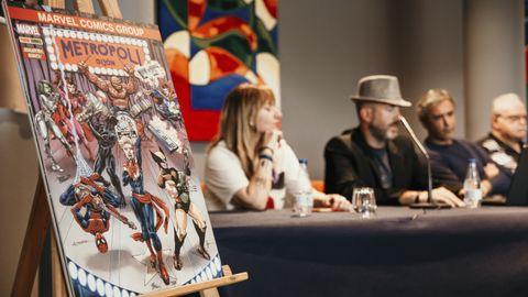 Pepe Caldelas (con sombrero), en la inauguración de la cómic con de Metrópoli