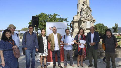 El proyecto se presentó junto a la escultura de la autora en la Alameda compostelana