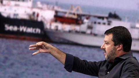 El ministro del Interior italiano, Matteo Salvini, ante una imagen del Sea Watch