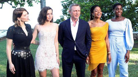 Lynch, a la derecha, junto a sus compañeros de reparto: Lea Seydoux, Ana de Armas, Daniel Craig y Naomie Harris