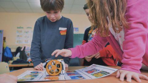 Niños de primaria aprendiendo robótica