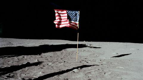 ¿Por que ondea si en la Luna no hay atmósfera? Es el argumento favorito de los negacionistas. En ningún vídeo se aprecia además movimiento. La bandera está erguida porque tiene un palo horizontal, perpendicular al mástil que sostenía la tela. Los astronautas movieron la bandera al colocarla y tenía arrugas y ondulaciones, lo cual le proporcionaba una apariencia que puede confundirse con la de una bandera ondeando.