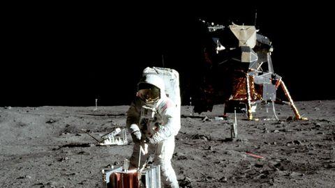 ¿Por qué en el cielo no se ven las estrellas? Las estrellas tampoco aparecen en las imágenes que se sacan actualmente desde la Estación Espacial Internacional. Resulta necesario un tiempo de exposición mayor de veinte segundos y el tiempo de exposición de las instantáneas de las misiones Apolo era de una fracción de segundo. Las fotografías astronómicas en las que aparecen estrellas son de larga exposición.