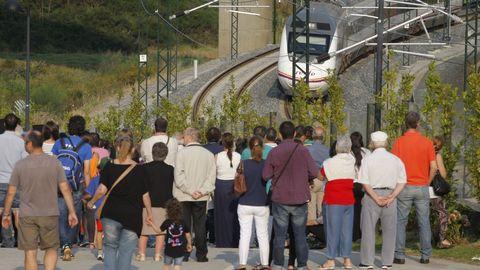 Víctimas y familiares reunidos en Angrois en el primer aniversario de la tragedia ven pasar el tren a la misma hora en que se produjo el descarrilamiento un año antes