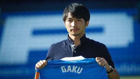 Gaku posa con su nueva camiseta en Riazor