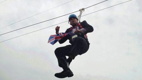 Boris Johnson, entonces alcalde de Londres, se quedó colgado de una tirolina durante un acto promocional de los Juegos Olímpicos del 2012 en el parque Victoria