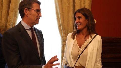 El presidente de la Xunta, Alberto Núñez Feijoo, y su pareja Eva Cárdenas, durante la recepción ofrecida por el alcalde de Santiago en el pazo de Raxoi