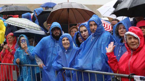 Turistas y peregrinos en el Obradoiro, en un día de lluvia en Santiago