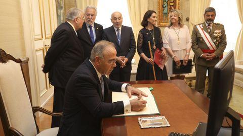El alcalde de Santiago, Xosé Sánchez Bugallo, durante un momento de la recepción en el pazo de Raxoi.