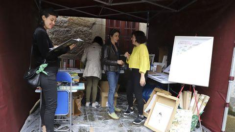 Compostelanos y visitantes tienen la posibilidad hoy de disfrutar en la Praza de Mazarelos de la Feira do Libro