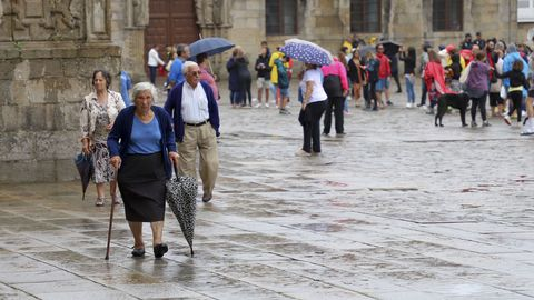Pese a la lluvia, en el Obradoiro, se han congregado numerosas personas durante toda la jornada