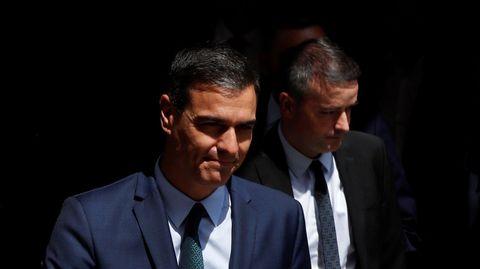 El presidente del Gobierno, Pedro Sánchez, y el que su jefe de Gabinete hasta el pasado sábado, Iván Redondo, salen del Congreso