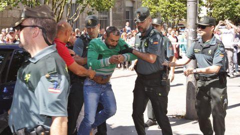 Agentes de la Guardia Civil conducen al parricida de Moraña al juzgado