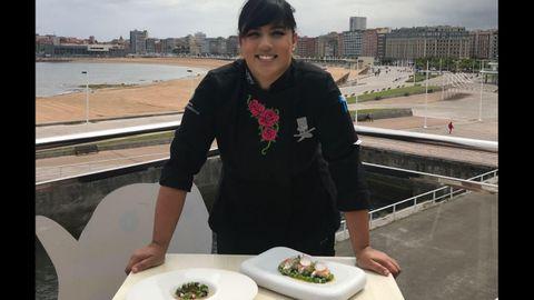Lara Roguez, la chef del restaurante Kraken del Acuario, con dos de sus creaciones culinarias