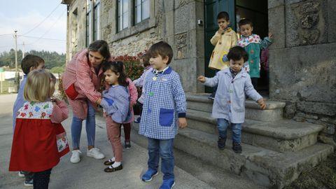 Alumnos de una escuela unitaria de Negreira en una foto de archivo