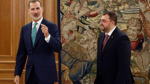 El rey Felipe VI recibe en audiencia al presidente del Principado de Asturias, Adrián Barbón (d), este martes en el Palacio de la Zarzuela