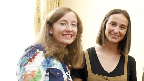 Carmen Vílchez (izquierda) y Adriana Abalo, del Grupo de Investigación Valle-Inclán de la Universidade de Santiago