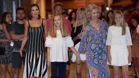 Las reinas Letizia y Sofía, con Leonor y Sofía a la salida del ballet «El lago de los cisnes»