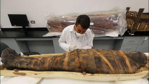 Un arqueólogo trabaja con la momia del faraón Tutankamón.
