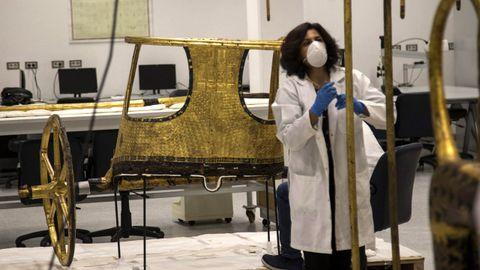 Una arqueóloga trabaja en el carro militar que perteneció a Tutankamón.