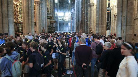 Muchos turistas optan por actividades a cubierto, como visitar la Catedral de Santiago.