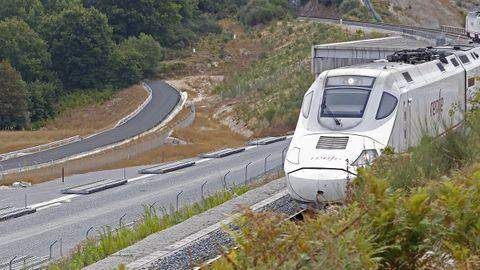 Un Alvia circula por la vía convencional muy pegado a la plataforma del AVE, donde ya se han depositado las traviesas