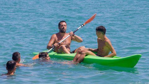 Salvini se relaja en una playa de Potenza, en una parada de su tour electoralista por la costa