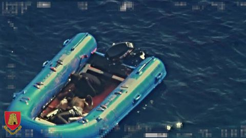 Las Fuerzas Armadas de Malta difundieron las imágenes del rescate de la lancha neumatica con un superviviente y un cadaver