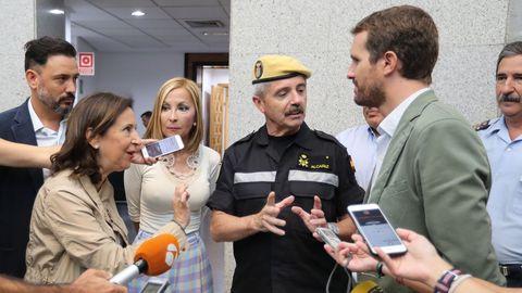 La ministra de Defensa, Margarita Robles, el jefe de la Unidad Militar de Emergencia, Miguel Alcañiz, y el presidente del PP, Pablo Casado, este miércoles en Las Palmas