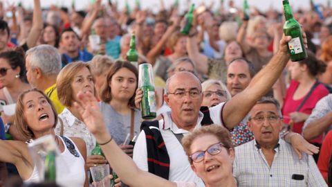 Participantes en la XXVIII edición de la Fiesta de la Sidra Natural de Gijón, en la que han logrado batir de nuevo el récord mundial de escanciado simultáneo  con la participación de 9.721 personas