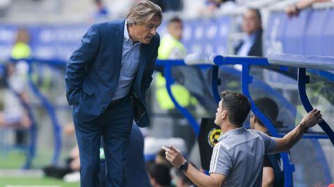 Egea charla con José Luis Baroja durante el Oviedo-Lugo