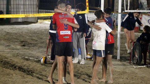 Los finalistas de la categoría masculina se saludan tras el partido