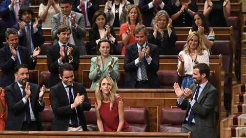 La diputada del PP Álvarez de Toledo recibe el aplauso de sus compañeros de partido durante el pleno sobre el Open Arms