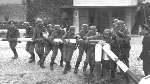 Soldados alemanes destruyen la barrera en la frontera germano-polaca cerca de Gdansk