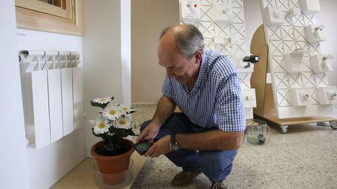 Antonio González, en un rincón del prototipo de la casa inteligente del CIFP Ferrolterra,  donde el encedido de luces, la apertura de puertas o el cierre de persianas se puede controlar  a través del móvil