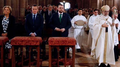 El presidente del Principado, Adrián Barbón (3i); el presidente del parlamento regional, Marcelino Marcos (2i) y la delegada del Gobierno, Delia Losa (i), junto al arzobispo de Oviedo, Jesús Sanz Montes (d), durante el oficio este domingo en la basílica de Covadonga.
