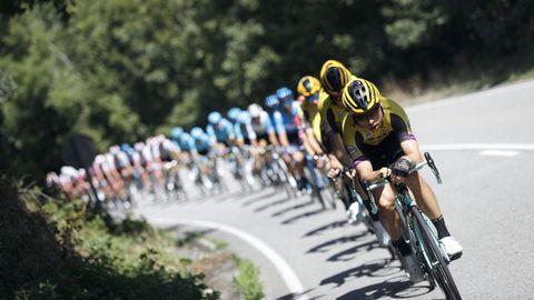 El pelotón ciclista durante la decimoquinta etapa de la 74th Vuelta a España 2019, con salida en la localidad de Tineo y meta en el Santuario del Acebo