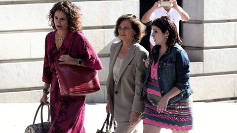 La ministra Montero, la vicepresidenta Carmen Calvo y Adriana Lastra, el equipo negociador del PSOE