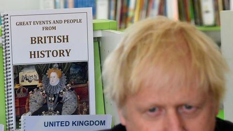 Tras visitar una escuela de primaria en Londres, Johnson pidió «un respiro» frente a las críticas