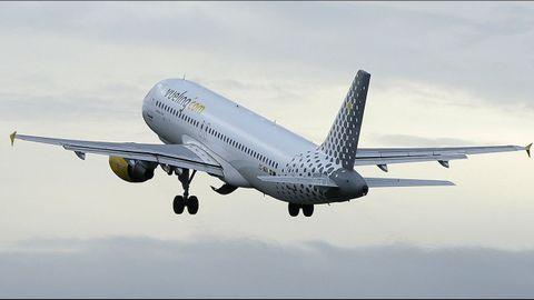 Un avión despegando del aeropuerto de Alvedro
