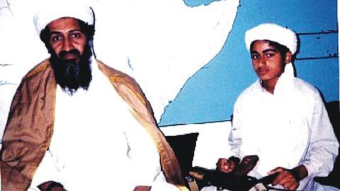 Bin Laden con su hijo Hamza, en una imagen fechada en 1994