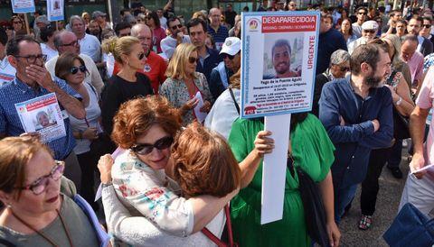 Araceli, madre de Yago de la Puente, en la concentración con el cartel de su hijo desaparecido