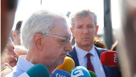 José María Bello Maneiro, alcalde de Valga. Por detrás,  Alfonso Rueda, vicepresidente de la Xunta