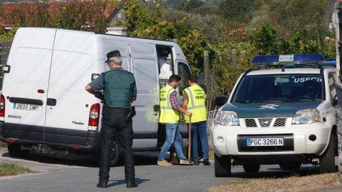 Efectivos policiales en Valga, junto a la vivienda donde fueron asesinadas tres mujeres
