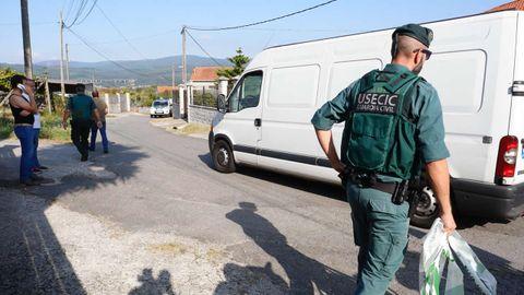 Efectivos policiales en Valga, junto a la vivienda donde fueron asesinadas las tres mujeres