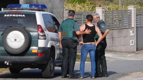Un familiar de las fallecidas en Valga habla con los agentes