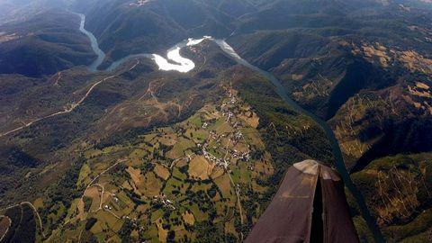 Vista aérea tomada desde un parapente el año pasado en la que se puede ver el cauce del Sil a su paso por Ribas de Sil y A Pobra do Brollón, con el meandro de A Cubela en  la parte superior