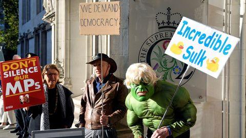 Varias personas se manifestaron contra la decisión de cerrar el Parlamento frente al Tribunal Supremo